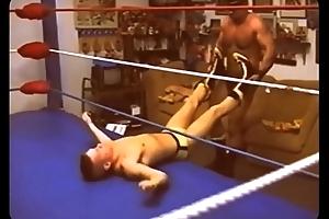 Vov&ocirc_ lutador acaba com o novinho