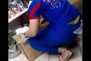 Promotora Gostosa de Vendas Exibi a Marca de Calcinha na Legging Colada e Acaba Mostrando Demais para os Clientes swing Supermercado.