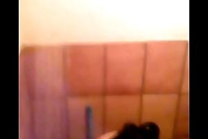 Larissa tomando banho