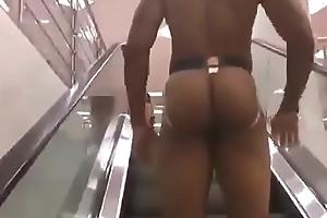 Seguindo o ditado, cara mostra a bunda em uma loja no shopping tranquilamente