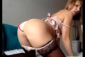 Sexy amateur MILF camgirl similarly her big exasperation on webcam