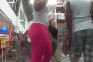 Gostosa Flagrada com cal&ccedil_a Legging Pink Desfilando no Mercado deixando todo Mundo com Tes&atilde_o .