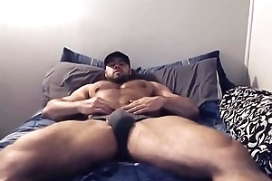 Moreno musculoso de cueca se exibindo na cama