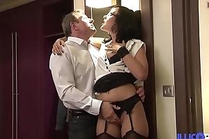 Ana se fait d&eacute_foncer par un pervers qui fait tout pour l'_avoir