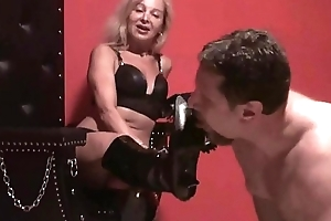 Fetish Beauties reverence if dudes lick their boots