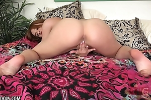 Scarlett Johnson pleasures herself for you