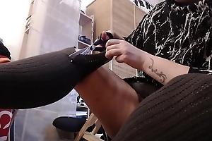 Distruzione degli stivali regalati dal mio ex fidanzato: li rompo con un paio di forbici e ci piscio sopra
